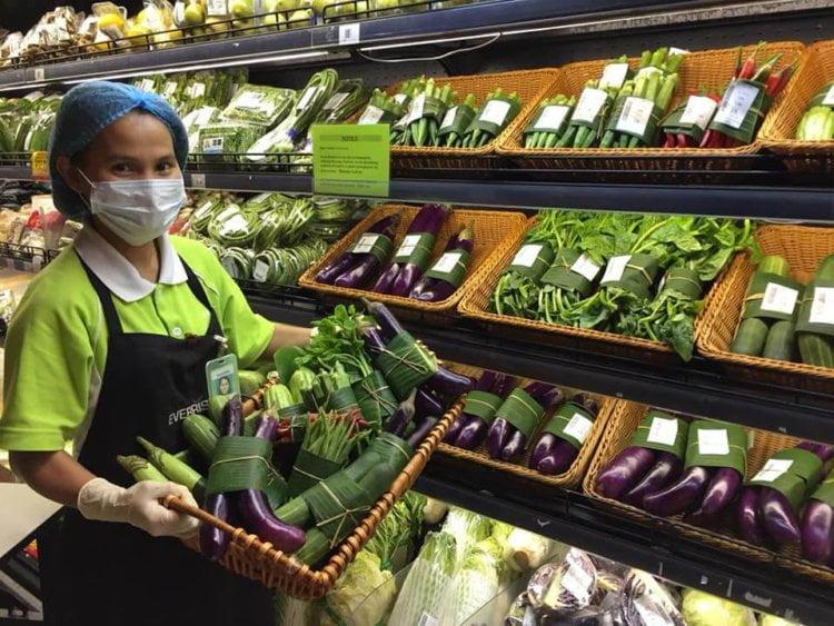 Pasaraya Terkemuka Sarawak Perkenal Bungkusan Daun Pisang untuk Barangan Segar