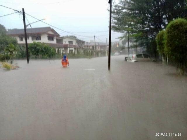 Akibat Hujan Lebat, Jalan-Jalan Di Kuching Tenggelam Teruk Dilanda Banjir Kilat