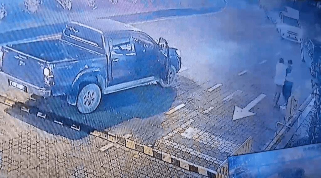 Viral Video Lelaki Guna Hilux Cuba Belasah Sekuriti Di VIVACITY Kuching