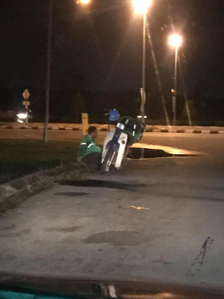 Lelaki Ini Beri Nasihat Selepas Simpati Lihat Penunggang Grab Berhenti Jamah Nasi Tepi Jalan