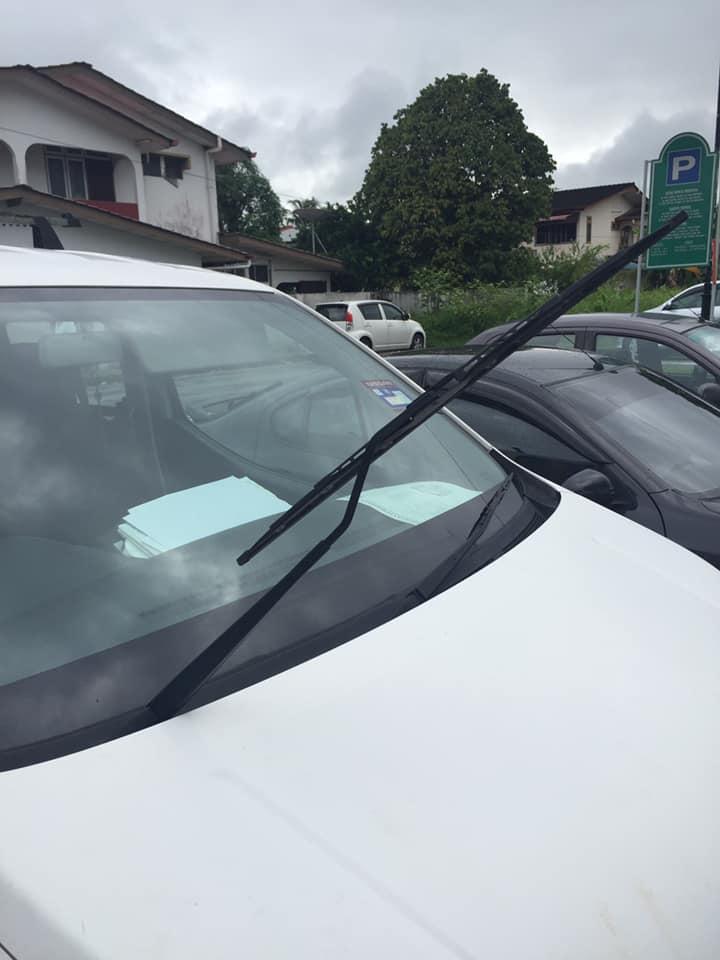 """""""Angkat Sahaja Sebelah Wiper"""", Lelaki Ini Kongsi Tips Elak Saman Parkir Berkupon Di Kuching"""