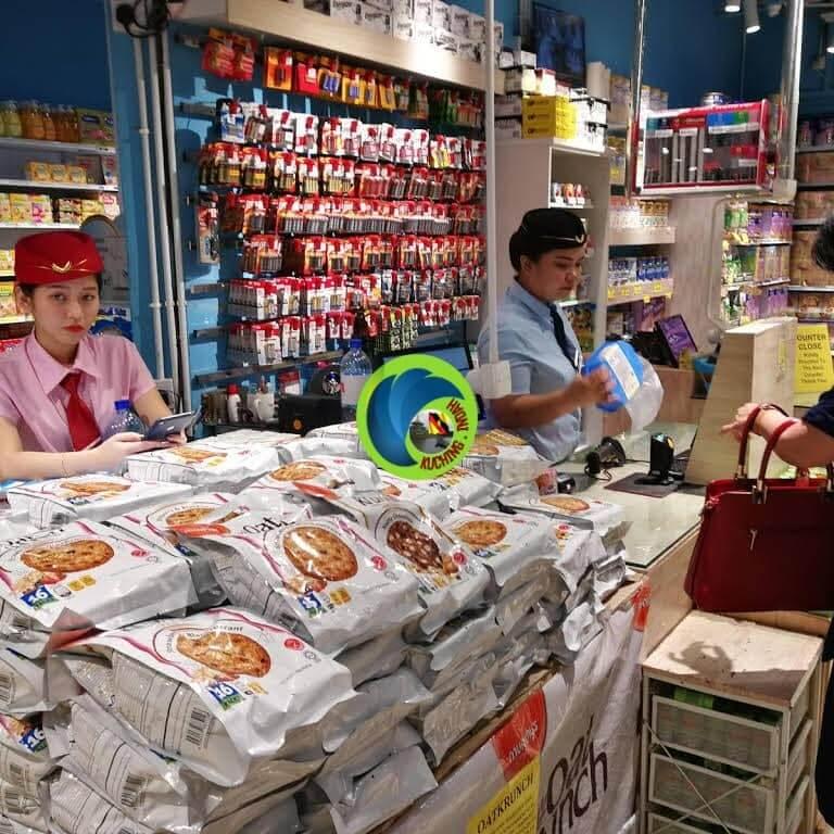 Berpakaian Seperti Pramugari, Ini Cara Kreatif Pasaraya Di Kuching Tarik Pelanggan