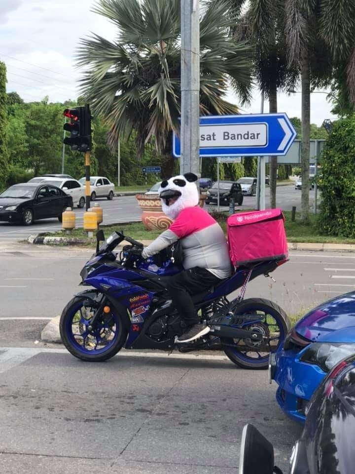 Guna Helmet Seakan Panda, Rider FoodPanda Di Miri Ini Kini Viral Di Seluruh Malaysia