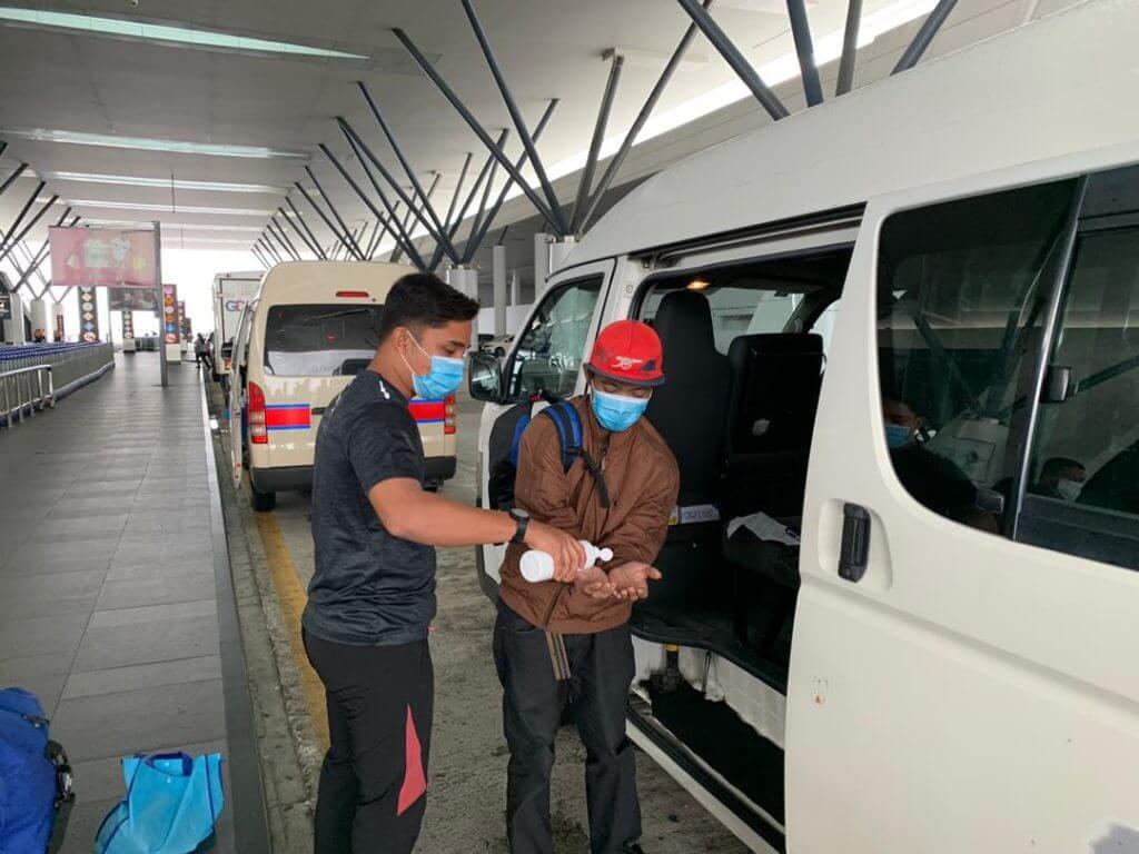 Uncle Kentang Bantu Lelaki Sarawak Berjalan Kaki Sejauh 80 KM Untuk Ke KLIA