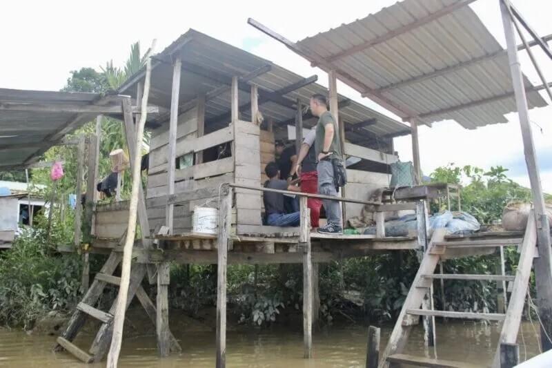 Sekumpulan Lelaki Terjun Ke Sungai Dipenuhi Buaya Semasa Diserbu Main 'Holo'