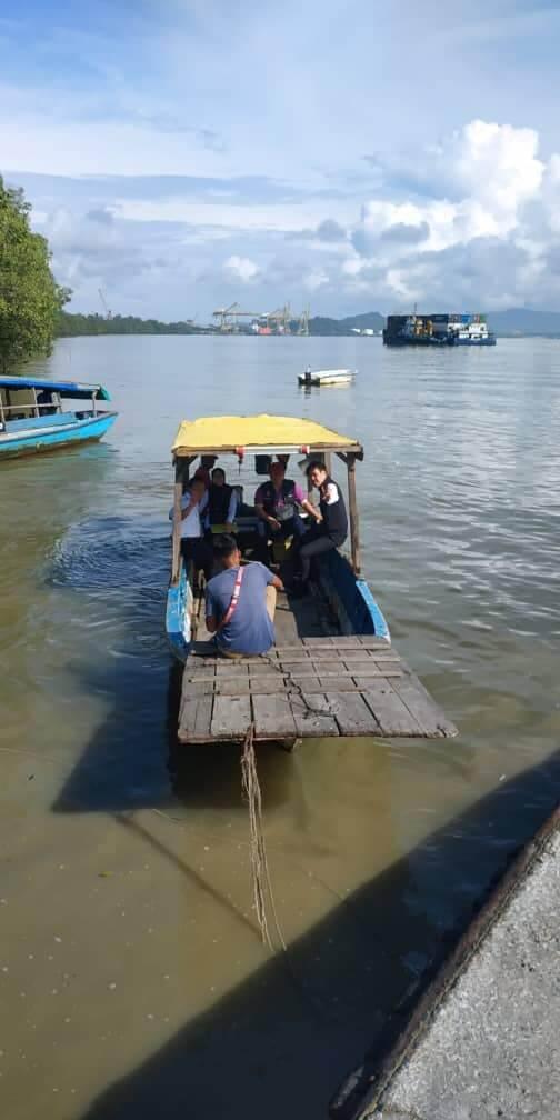 Tiada Akses Jalan Dekat, Penduduk Terpaksa Ke Jeti Dapatkan Internet Untuk Belajar Di Kampung Semilang Kuching