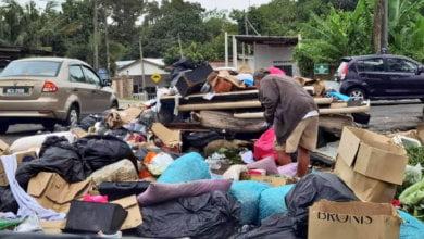 Photo of Lelaki Gelandangan Ini Terpaksa Korek Sampah Demi Mencari Pelitup Muka Bagi Elak Saman RM1K