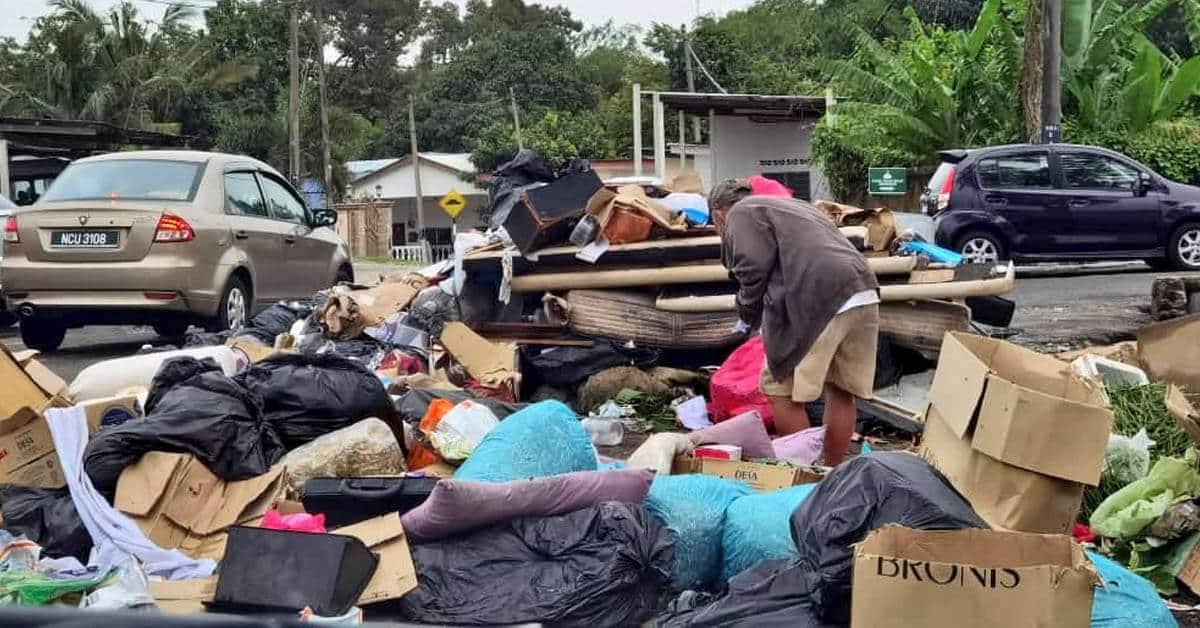 Lelaki Gelandangan Ini Terpaksa Korek Sampah Demi Mencari Pelitup Muka Bagi Elak Saman RM1K