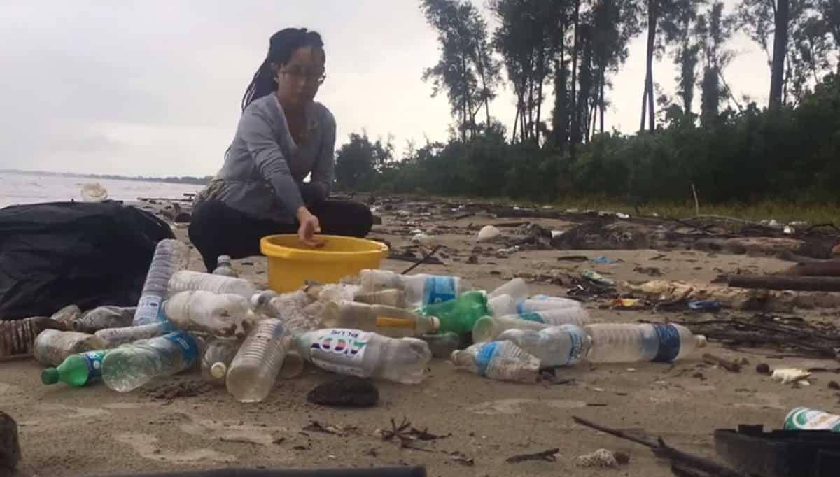Biarpun Seorang, Wanita Dari Miri Ini Sanggup Luangkan Masa Sejam Sehari Demi Bersihkan Pantai