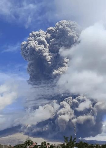 Letupan Kedua Gunung Indonesia Dalam Masa 3 Hari Keluarkan Awan Debu Gergasi