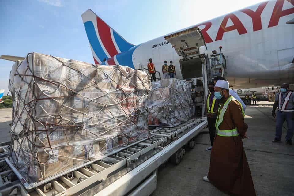 Ustaz Ebit Lew Guna Kapal Terbang Kargo Hantar Bantuan Ke Sabah