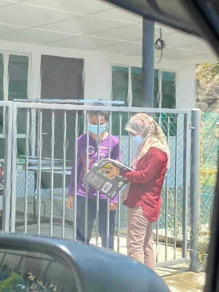 Tanda Kerja Rumah Murid Sambil Berpanas, Guru Sarawak ini Sentuh Hati Netizen