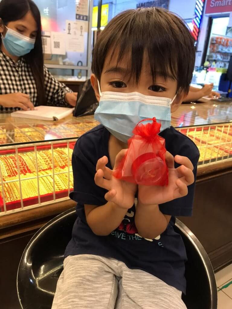 Baru Berusia Enam Tahun, Dah Pandai Surprise Ibu Dengan Emas Guna Duit Simpanan Hari Jadi