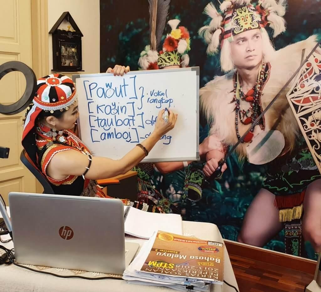 Cikgu Dari Sarawak Ini Bawa Suasana Ceria Ketika Kelas Online Bersama Pelajarnya