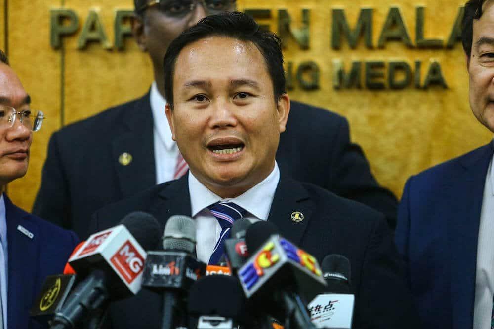 Timbalan Menteri Dari Sarawak Didakwa Tunjuk Jari Tengah Dua Kali Di Dewan Rakyat