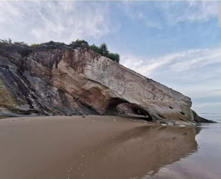 Batu Berbentuk Kepala Singa Di Pantai Tusan Miri Telah Runtuh