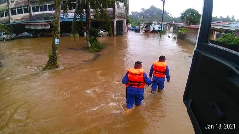 Hujan Lebat Tak Henti-Henti, Tiga Daerah Di Sarawak Dilanda Banjir Kilat