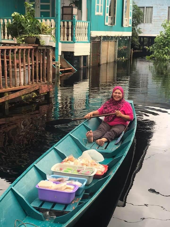Berniaga Guna Perahu, Banjir Tidak Menghalang Wanita Ini Untuk Mencari Rezeki
