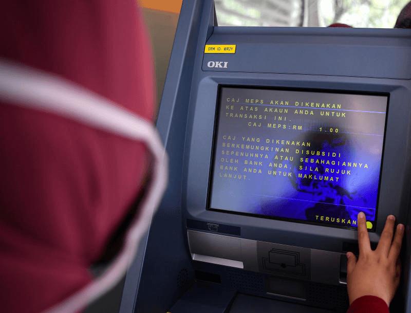 Berang Kad Bank Ditelan, Penganggur Tumbuk Skrin Mesin ATM Hingga Rosak Di Sibu