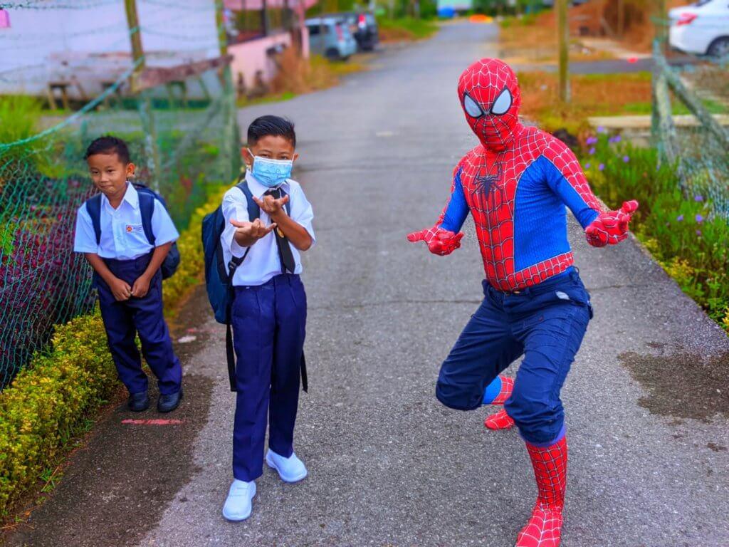 Berubah Jadi Spiderman, Cikgu Pedalaman Sarawak Ini Buat Kejutan Sambut Pelajar Ke Sekolah