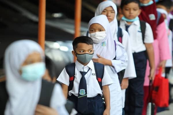 Pelajar Sekolah Menengah Mulakan Norma Baharu Di Sekolah Pada Hari Ini