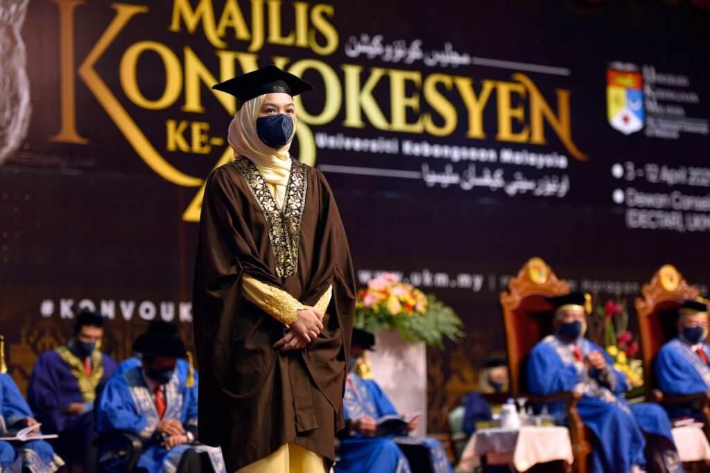 Hasil Gigih Anak Kelahiran Sarawak Terbalas, Terima Anugerah Pelajaran DiRaja UKM