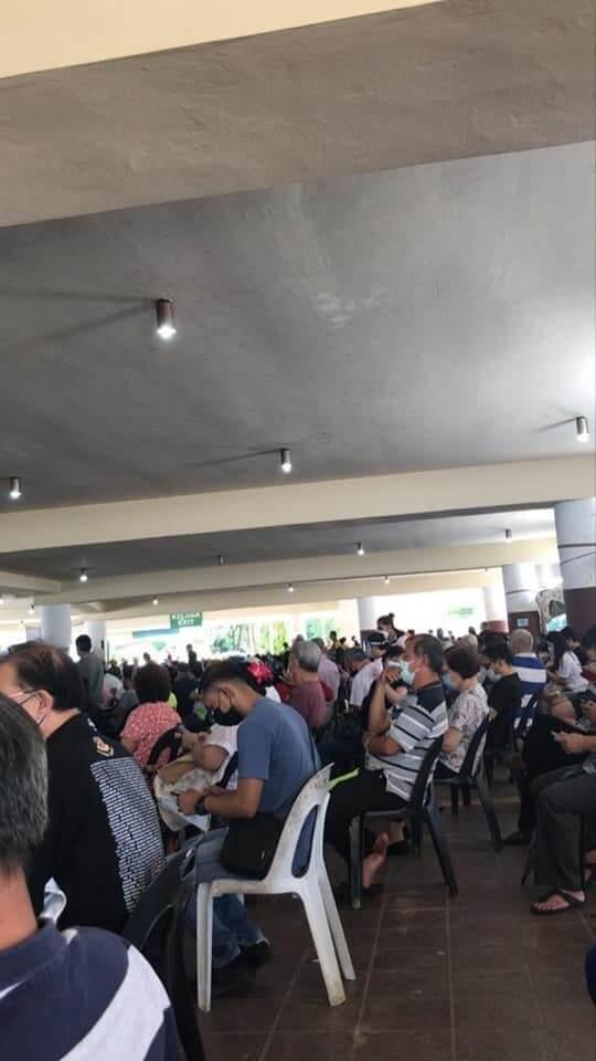 Lebih Sesak Dari Pasar Malam, Gangguan Bekalan Elektrik Jejaskan Urusan Vaksinasi Di Stadium Perpaduan Kuching
