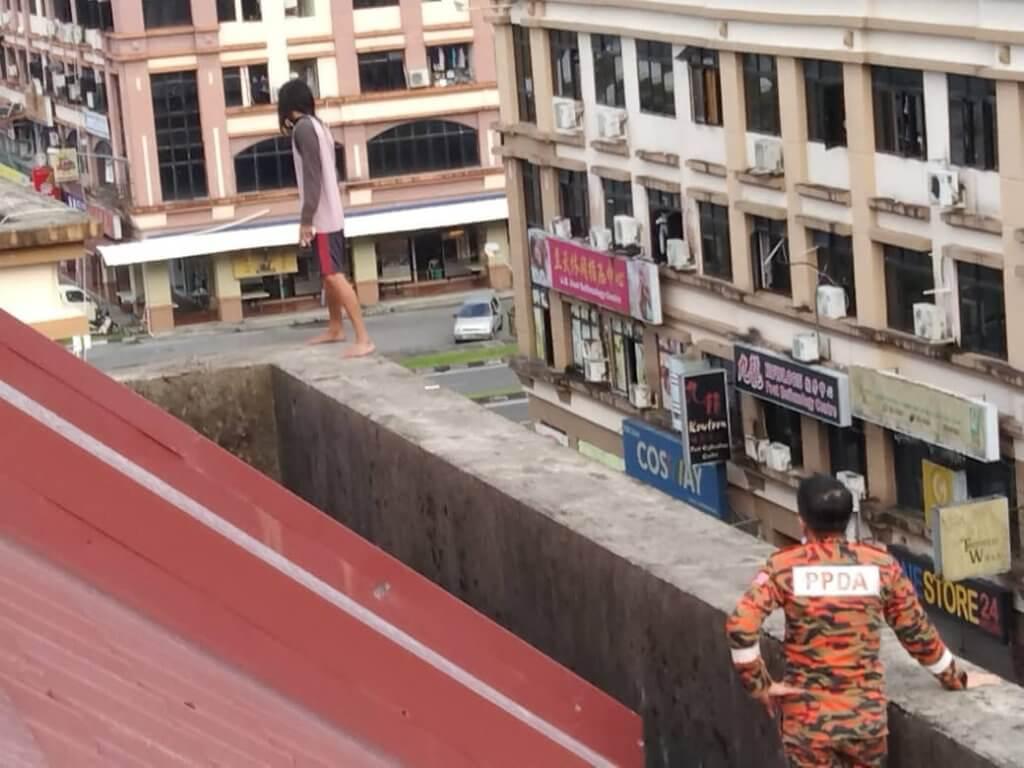 Akibat Tekanan Perasaan, Lelaki Nekad Terjun Bangunan Di MJC Berjaya Diselamatkan Pihak Bomba