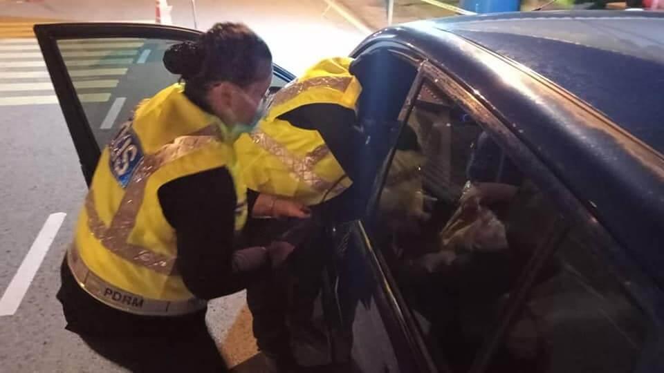 Tak Sempat Sampai Hospital, Polis Wanita Jadi Hero Sambut Bayi Di SJR Kuching-Samarahan Expressway