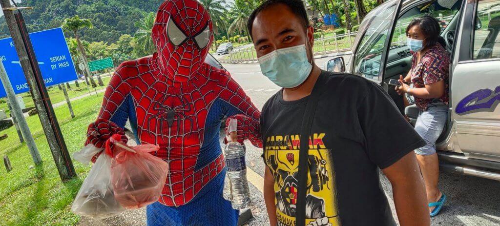 'Spiderman Serian' Tular Kerana Cara Uniknya Lariskan Jualan Makanan Depan Hospital Serian