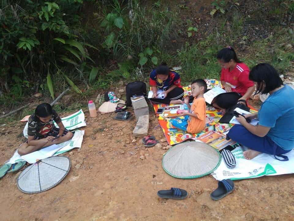 Capaian Internet Amat Lemah, Pelajar Di Limbang Belajar Atas Tanah Beralaskan Karung Guni