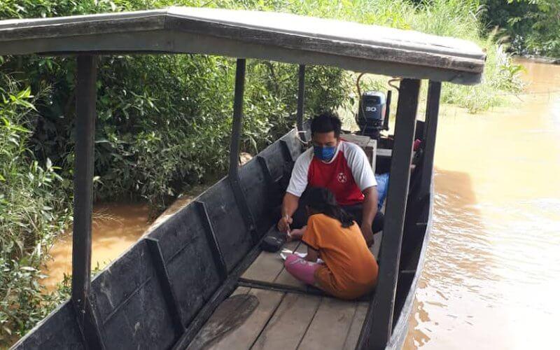 Perahu Sebagai Ganti Bilik Darjah, Cikgu Di Kinabatangan Ini Tak Mahu Anak Muridnya Ketinggalan Pelajaran