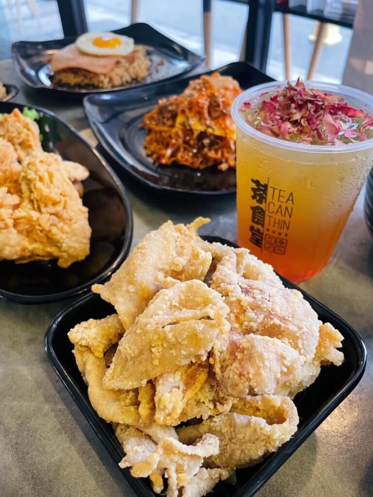 Ini 5 Restoran Yang Menghidangkan Kulit Ayam Goreng Rangup Dan Padu Di Kuching